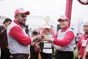 1. Pjb Gubernur Provinsi Kepri, Agung Mulyana menyerahkan piala bergilir kepada Walikota Tanjungpinang Lis Darmansyah