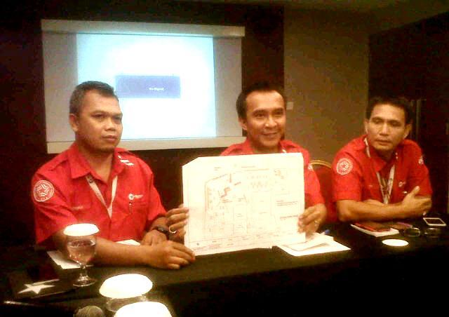 (Tegah) GM Pelindo 1 Tanjungpinang, I Wayan Wirawan sampaikan penjelasan pada Media