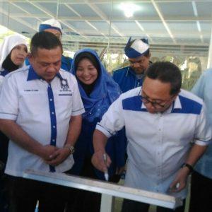 Ketua umum PAN Zulkifli Hasan lagi menandatangani meresmikan Rumah PAN Tanjungpinang didampingi ketua DPD PAN Tanjungpinang H Dharma Setiawan