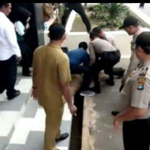 Para pihak kepolisian dan pejabat Disdik Kepri menolong saat Mardiana jatuh