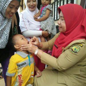 Petugas Dinkes PPKB Kota Tanjungpinang sedang melakukan penetesan kapsul vitamin A pada salah satu balita.