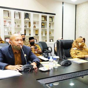 Rapat TPID, Kanan, Wakil Sekretaris TPID Kota Tanjungpinang, Nopirman Syahputra , kiri Plt Walikota Tanjungpinang, Hj. Rahma, S.IP