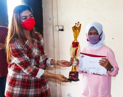 Dwi Ajeng Sekar Respaty S.H., M.Kn Wakil Sekretaris Bidang Internal DPD PDI Perjuangan Kepri, berikan hadiah kepada pemenang