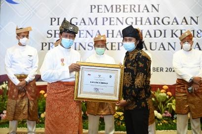 Gubernur Kepri Isdianto berikan penghargaan kepada AJI Tanjungpinang, yang diterima langsung ketua AJI Tanjungpinang Jailani