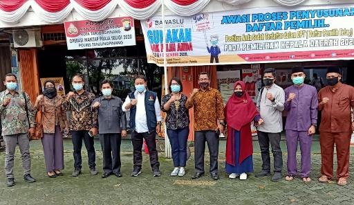 Ketua Bawaslu RI Abhan (menggunakan rompi), bersama Ketua dan Anggota Bawaslu Kota Tanjungpinang, Anggota Bawaslu Kepri dan Bawaslu Kabupaten/Kota