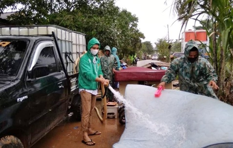 Anggota DPRD Kota Tanjungpinang termuda Vicky Bahtiar SE lagi memberikan salah satu alat rumah tangga warga terkena bajir