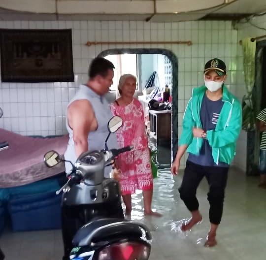 Vicky Bahtiar wakil rakyat termuda turun kerumah warga yang terkena banjir dan langsung memberikan bantuan